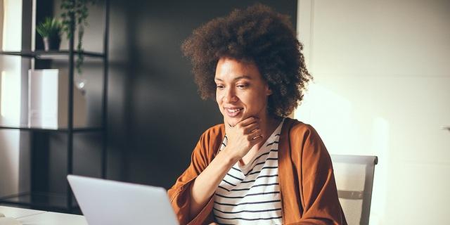 SDL Freelance - Lady working on a laptop